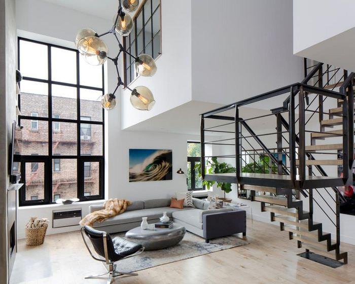 Высокое окно в квартире двухуровневой планировки