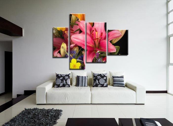 Белая стена гостиной с яркой модульной картиной