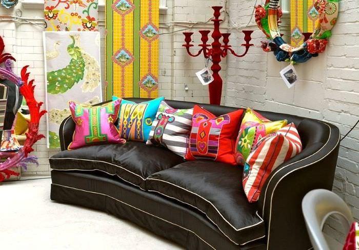 Яркие подушки кричащей расцветки на темно-коричневом диване