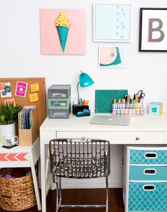 Белый письменный стол в домашнем офисе