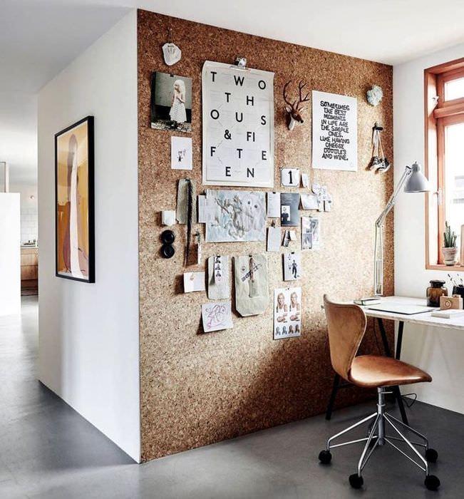 Листки с заметками и фотографии на стене из ОСП