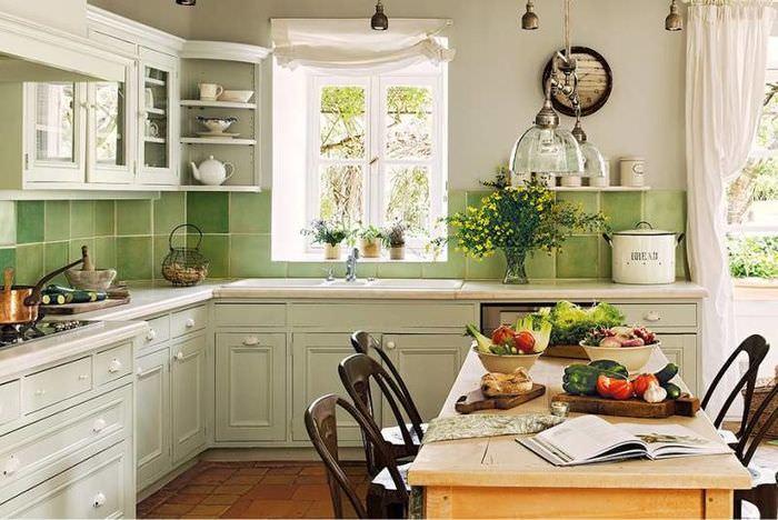 Керамический фартук зеленого цвета на кухне в стиле прованс