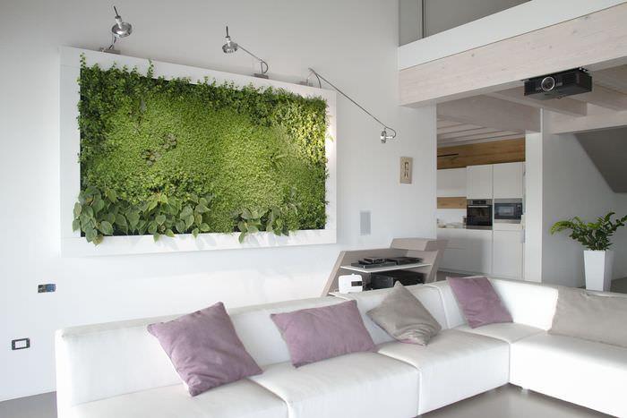 Панно из зеленой травы на стене комнаты в квартире студии