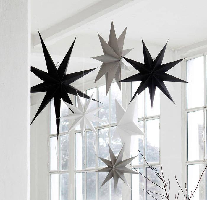 Бумажные звезды перед окном частного дома