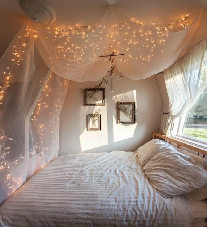 Имитация звездного неба в спальне городской квартиры