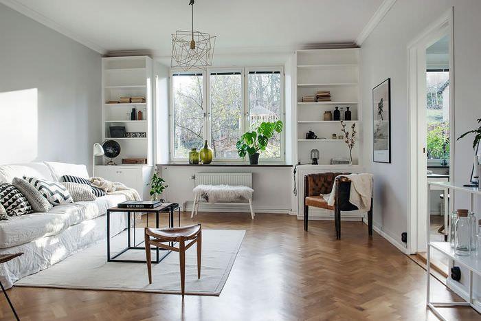 Открытые шкафы белого цвета в гостиной частного дома