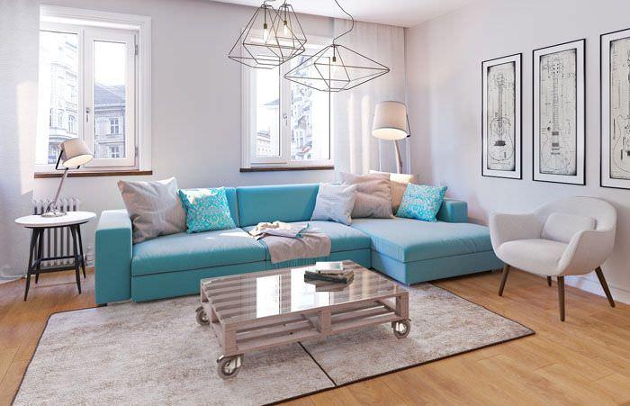 Бирюзовый диван в гостиной загородного дома