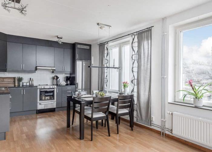 Угловая кухня с серыми шторами