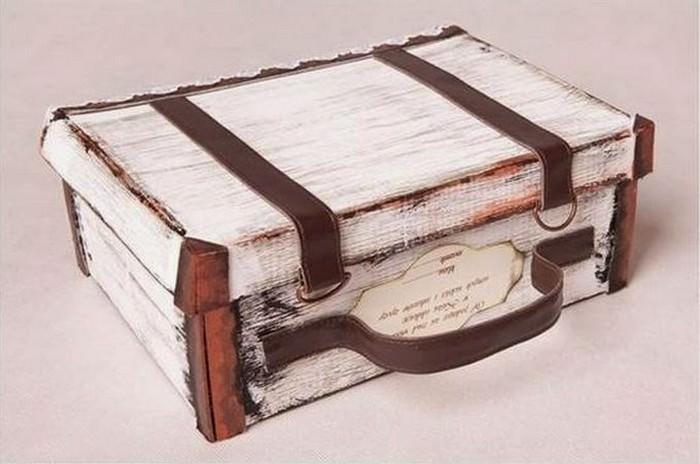 Стильный чемоданчик из картонной коробки из-под обуви