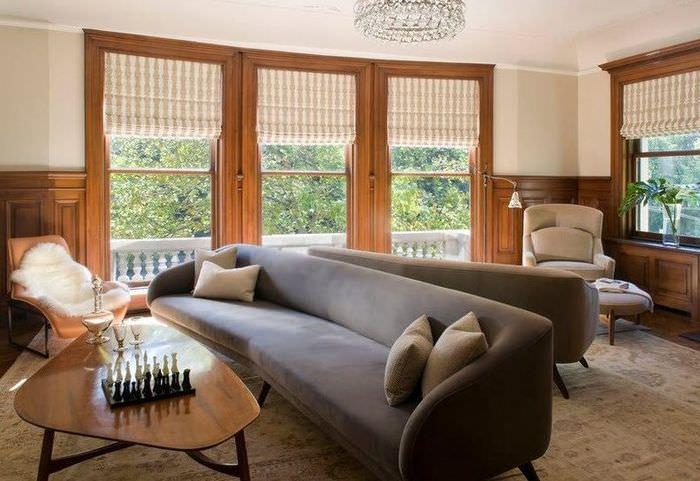 Серый диван по центру гостиной комнаты