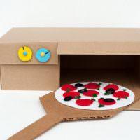 Игрушка в виде духовки из картонной коробки