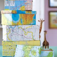 Стопка из декоративных коробок на комоде в гостиной