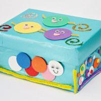 Веселые мордашки на картонной коробке
