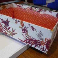 Оформление подарочной коробки с помощью ненужных обоев