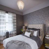 Серо-белые шторы в интерьере спальной комнаты