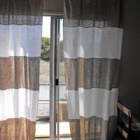 Окно спальни с серо-белыми занавесками