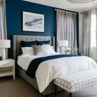 Оформление акцентной стены спальни в синем цвете