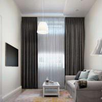 Дизайн маленькой гостиной с темно-серыми шторами