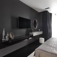 Белый потолок в спальне с темно-серыми стенами