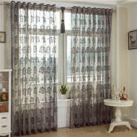 Серые шторы из прозрачной ткани на окне гостиной