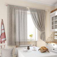 Серые шторы с белым принтом на кухонном окне