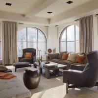 Интерьер гостиной с четырьмя окнами