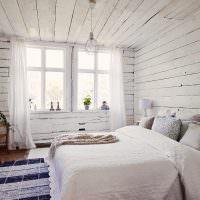 Интерьер спальни в деревянном доме