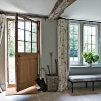 Дизайн прихожей с окном в сельском доме