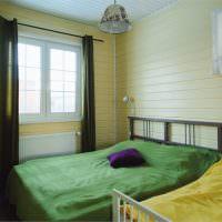 Зеленое покрывало на кровати в спальне частного дома