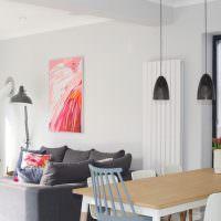 Яркая абстракция над серым диваном