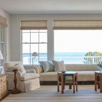 Бежевый диван перед панорамным окном