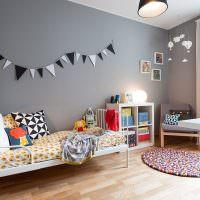 Гирлянда из флажков на серой стене детской комнаты