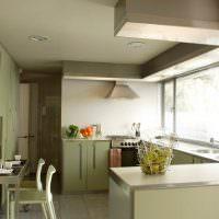 Дизайн маленькой кухни с большим окном