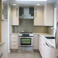 Дизайн современной кухни с мойкой у окна