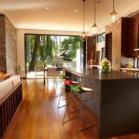 Деревянный пол в просторной кухне-гостиной