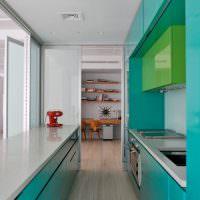 Вытянутая кухня с фасадами бирюзового цвета