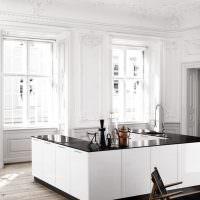 Просторная кухня-остров в белом цвете
