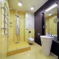 Желтый кафель на стене душевой кабины