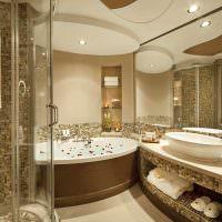 Многоуровневый потолок в интерьере ванной