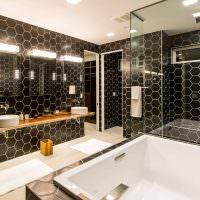 Плитка-соты на стенах ванной комнаты