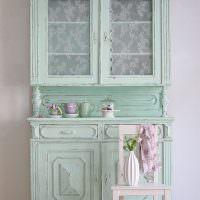 Старый кухонный шкаф бирюзового оттенка
