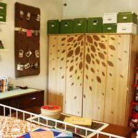 Аппликация из листьев на дверцах шкафа
