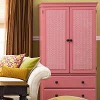 Старый шкаф розового цвета