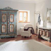 Винтажный шкаф в комнате деревенского стиля