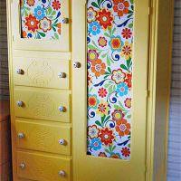Желтый шкаф с бумажными обоями
