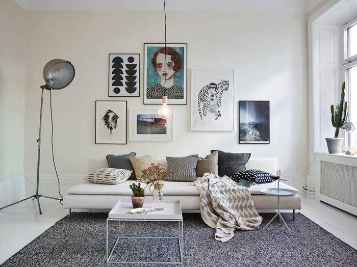 Прямой диван без боковых стенок в белой гостиной
