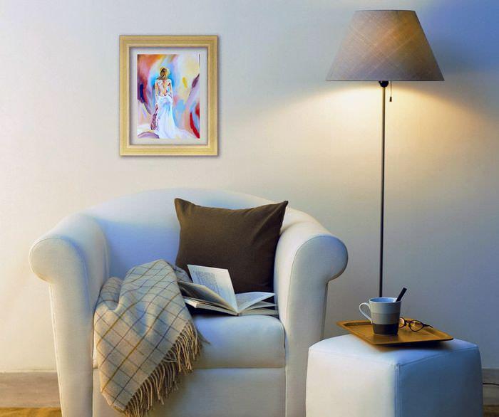 Небольшая картина над креслом в гостиной