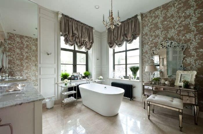 Белая ванна в комнате с серыми занавесками