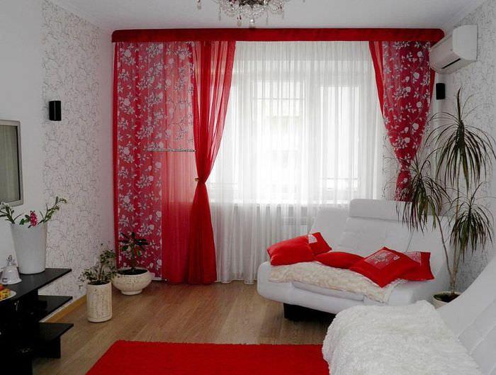 Красные занавески в гостиной с белой мебелью