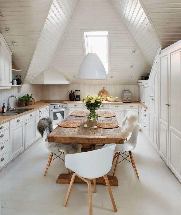 Деревянный стол в кухне частного дома